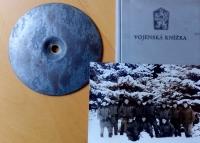 Vzpomínka na vojnu v Janovicích nad Úhlavou - spartakiádní značka, vojenská knížka a snímek ze zimního cvičení na Dobré Vodě. Pavel Mahdal je v první řadě první zleva
