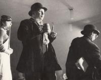 Inscenace Švejk, Divadélko v klubu, zleva: Ivan Kalina jako hostinský Palivec, Stanislav Tříska jako Švejk a Antonín Navrátil jako policejní detektiv Bretschneider, Gottwaldov/ Zlín, podzim 1968
