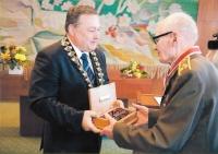 Jan Plovajko přebírá v roce 2011 ocenění Čestný občan města Trutnova