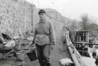 Po nuceném odchodu z armády pracoval v dělnických profesích až do odchodu do důchodu