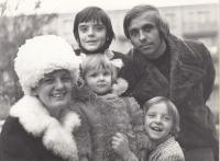 Rodina Kalinova, zleva nahoře syn Tomáš, Ivan, manželka Božena, dcera Andrea a syn Igor, Zlín/Gottwaldov, cca 1976