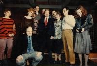 Městské divadlo Zlín po zkoušce Zahradní slavnosti, Václav Havel uprostřed, Ivan Kalina pátý zleva, 7. března 1990