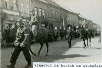 Vlasovci na koních na skutečském náměstí