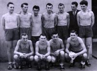 Basketbalové družstvo v Karviné, osm členů u PTP, Václav Šulista nalevo, 1951