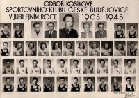 Václav Šulista jako patnáctiletý basketbalista (2. řada zdola, druhý zprava), uprostřed nahoře štábní kapitán Beneda, 1950