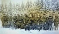 Průzkumná rota na zimním cvičení na Dobré Vodě. Pavel Mahdal šestý zprava v druhé řadě