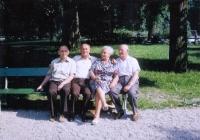 Václav Šulista (uprostřed) s bratrem Miroslavem (vlevo) a rodiči při setkání v Rakousku (80. léta 20. století)