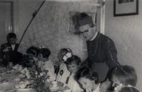 První svaté přijímání s biskupem Hlouchem, mezi dětmi děti Václava Šulisty, 1968