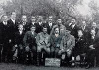Otec pamětnice Fr. Procházka s mužským pěveckým sborem Vyšehrad, jehož byl dirigentem (sedící za cedulí)