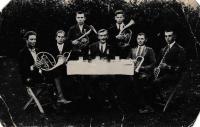Dědeček Jaroslav Hajný se svými žáky v roce 1926 v Dorohostaji na Volyni