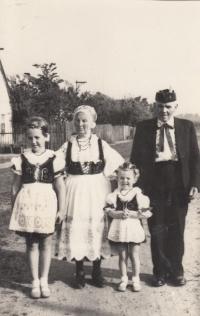 Rodiče Jaroslava Pánka s vnučkami, 1970