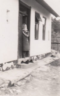 Matka Jaroslava Pánka v domku ve Vlkově, 1940