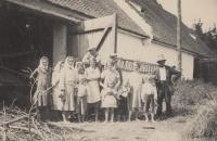 Jaroslav Pánek (druhý zprava) s matkou ve velkostatku Dehetník na práci, cca 1934