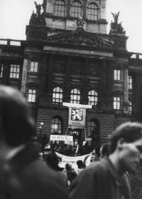 Demonstranti na Václaváku u koně