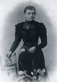 Babička Anna Šimonová, roz. Štěpánková, za svobodna, cca 1900