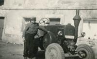František Šimon s traktorem Lanz Bulldog ve vyhnanství v Heřmaničkách, 1953