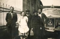 Náves ve Veselé, uprostřed rodiče, druhý zprava nuceně nasazený Francouz Léon Deltour, 1945