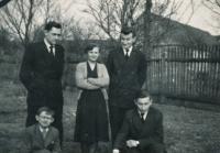 František Šimon (stojící první zleva) s bratranci a sestřenicí na pohřbu babičky Alžběty Kozlové, 1957