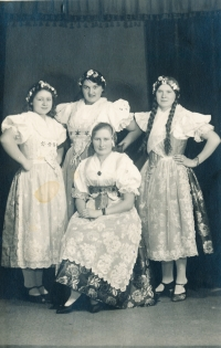 Maminka Věra (sedící) v mladoboleslavském kroji