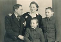 Sourozenci Šimonovi (vlevo Jiří, vpravo František) s rodiči za války