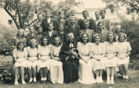 Konfirmace v Mladé Boleslavi s farářem Čejkou, pamětník v prostřední řadě čtvrtý zleva, 1947