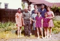 Druhý zleva Léon Deltour, uprostřed maminka Věra, vpravo František s manželkou, před nimi dcery Monka a Eva, Chleby, cca 1975