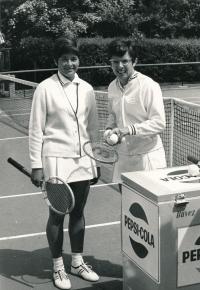 Vlasta Vopičková (vlevo) na Roland Garros v roce 1967 s Billie Jean Kingovou z USA