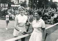 Vlasta Vopičková (vpravo) v roce 1965 na turnaji v Mnichově se soupeřkou Margaret Courtovou