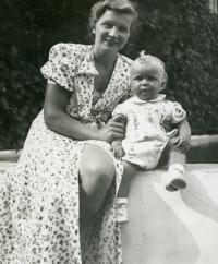 Ivan M. Havel s maminkou Boženou na Havlově