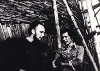Stanislav Žalud na svém mlýně nedaleko Výklek s přáteli, asi 80. léta