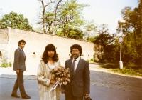 Svatba Ivana M. Havla a Dagmar, za nimi svědek Martin Palouš, 1989