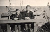 Vladimír Dvořáček se starším bratrem, rok 1943