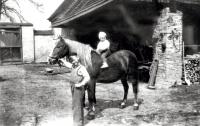 Václav Bruna (na koni) s bratrem Janem v Zámrsku na statku  (1953)