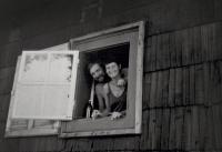 Václav Bruna s manželkou Ludmilou v okně jejich roubenky (80. léta 20. století)
