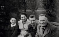 Václav Bruna s rodiči a bratrem na výletě (50. léta 20. století)