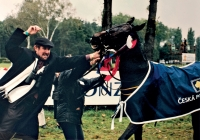 Václav Bruna se svým koněm Peruánem, trojnásobným vítězem Velké pardubické (1998)