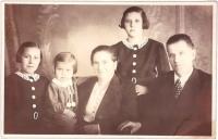 Rodiče pamětnice Františka a Rudolf Flurovi s dcerami Marií, Annou a Jiřinou, Jiřina je nejmladší, 1938
