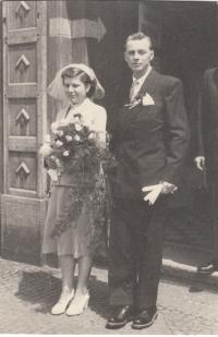 Svatba Jiřiny Flurové a Antonína Masného na obecním úřadě, 2. 7. 1955