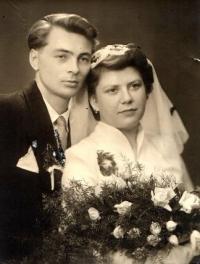 Svatba Jiřiny Flurové a Antonína Masného v kostele v Ostravě-Hrušově, 2. 7. 1955