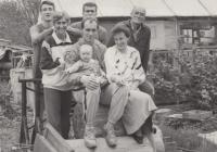 Rodina Bubeníkova. Zleva, vrchní řada: synové Jan Bubeník a Jiří Bubeník, Josef Bubeník. Zleva spodní řada: manželka Jitka Bubeníková, syn Martin s vnučkou Aničkou, snacha Lenka. Rájov, 1990.