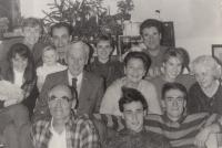 Rodina Bubeníkova s příbuznými a konzulkou ambasády USA. Rájov, vánoce 1991.