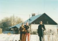 Matka Vlasta Holečková, Jitka Bubeníková, manžel Josef Bubeník. Rájov, 1990.