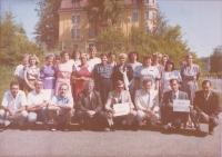 Učitelský sbor základní školy v Mariánských Lázních ve školním roce 1991/1992. Jitka Bubeníková stojící osmá zleva. Mariánské Lázně, 1992.