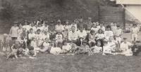 Tenisová škola. Jitka Bubeníková sedící uprostřed s maminkou Vlastou Bubeníkovou. Mariánské Lázně, 1993.