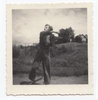 Jitka Bubeníková při tréninku atletických disciplín. Kutná Hora, 1951.