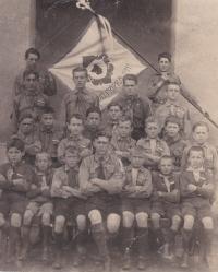 1. oddíl chotěbořských skautů s vedoucím Bohuslavem Kořínkem, 1924