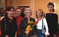 Eva Štanclová se svými žačkami, vlevo dcera Eva, 2003