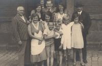 Eva před nádražím v Ústí nad Orlicí s rodinou, 1933