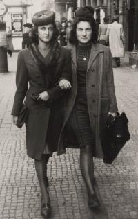 Eva s Vlastou Bulkovou, Praha 1943, Vlastini rodiče oba zemřeli během války