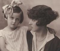 Eva s maminkou, 1928